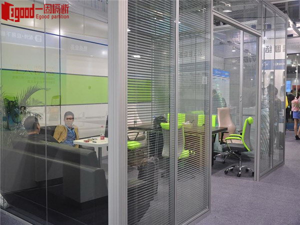 Panoramic glass partition